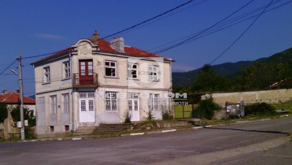 Къща с голям двор, с. Ясеново, общ. Казанлък
